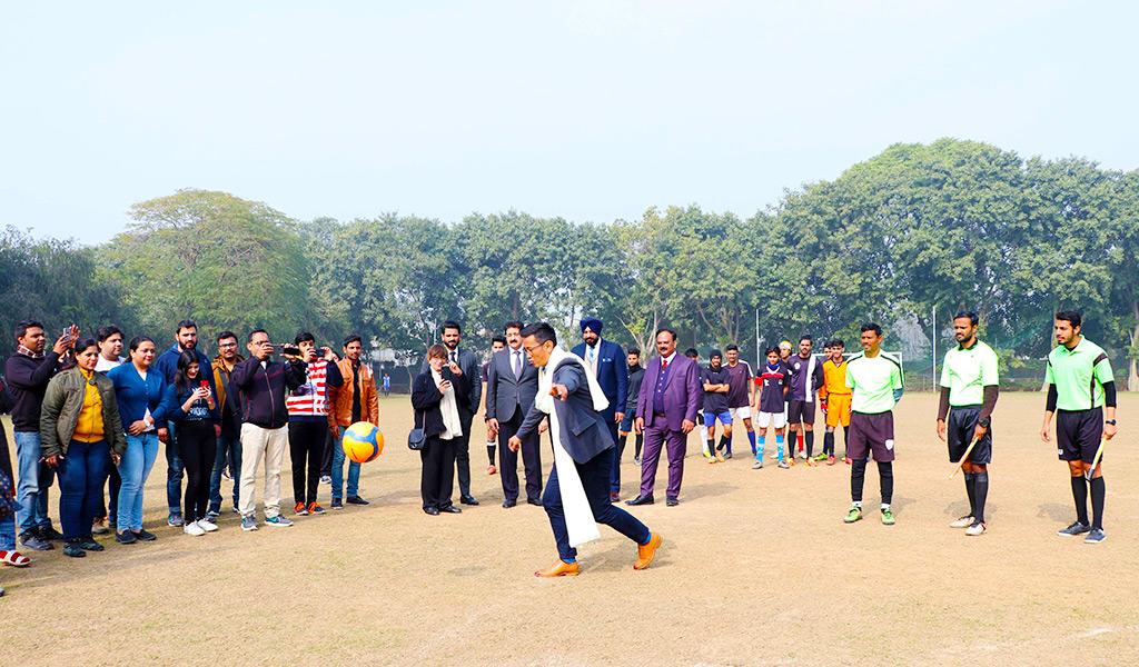 bhaichung-bhutia-at-asian-law-college-alc-noida-athleema-2020-football